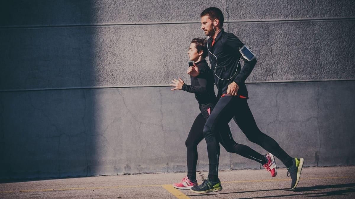 Pareja corriendo para perder peso
