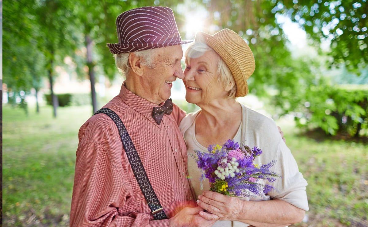 Pareja de personas mayores enamorados sistema inmunitario