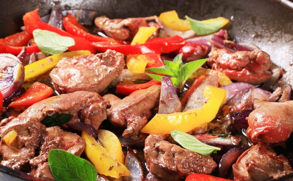 Sofrito hígado pollo con verduras