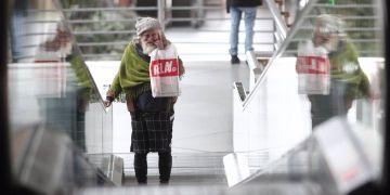 Una persona sin hogar pasea por la Estación de Atocha durante el confinamiento