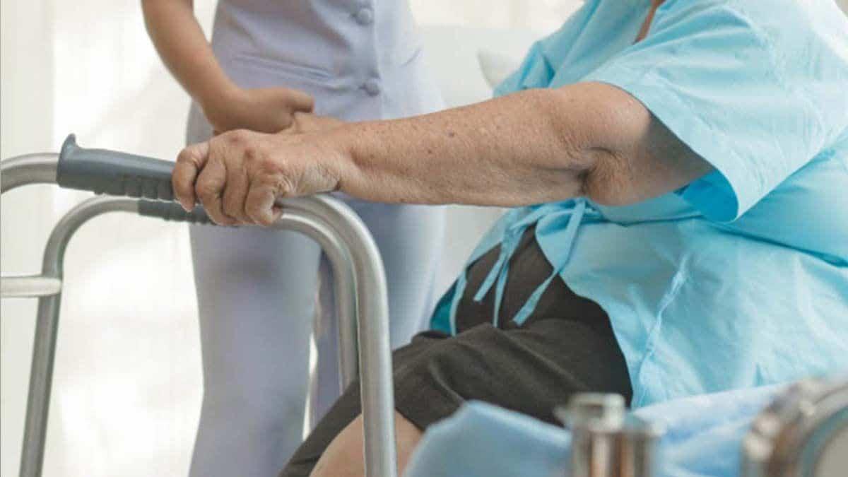 Una persona mayor con osteoporosis