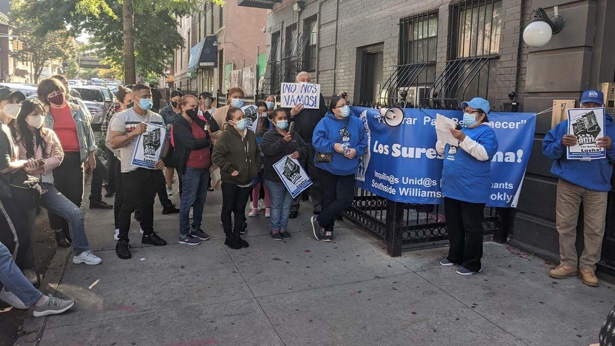 Vecinos manifestándose contra el desahucio de Atanacio Ortiz