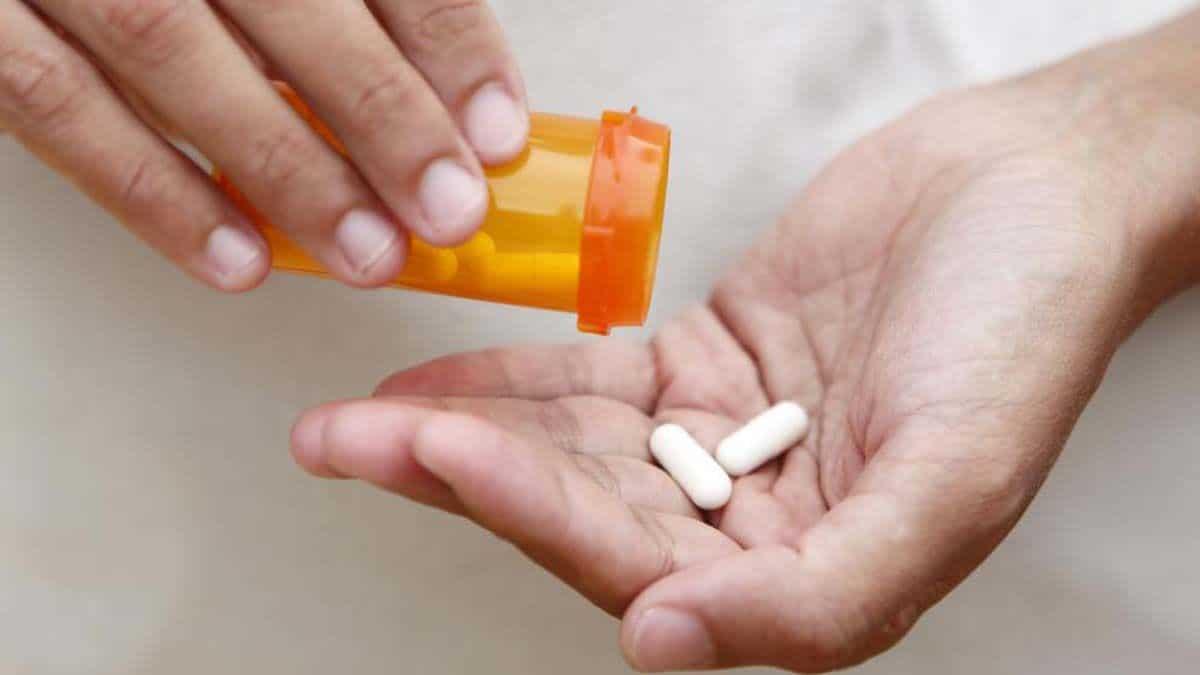 Manos mujer pastilla