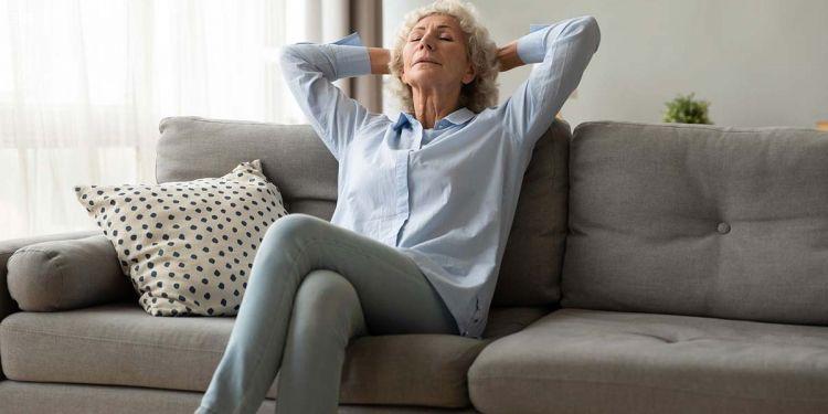 mujer piernas cruzadas trombosis