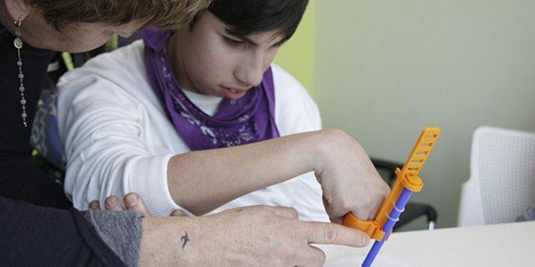Niño con discapacidad utilizando Glifo