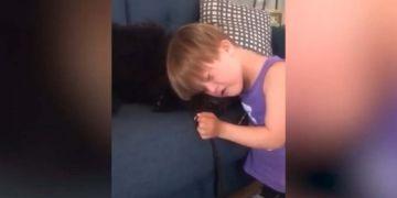 Niño con síndrome de Down junto a su perro