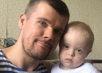 Un padre junto a su hijo con síndrome de Down