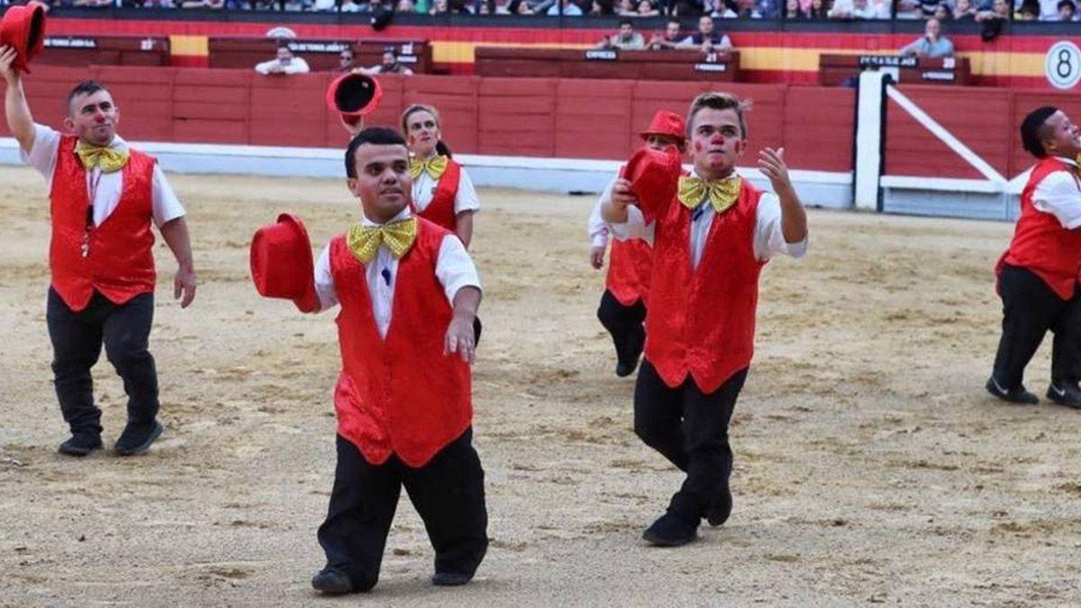 Personas con enanismo en el ruedo de la plaza de toros