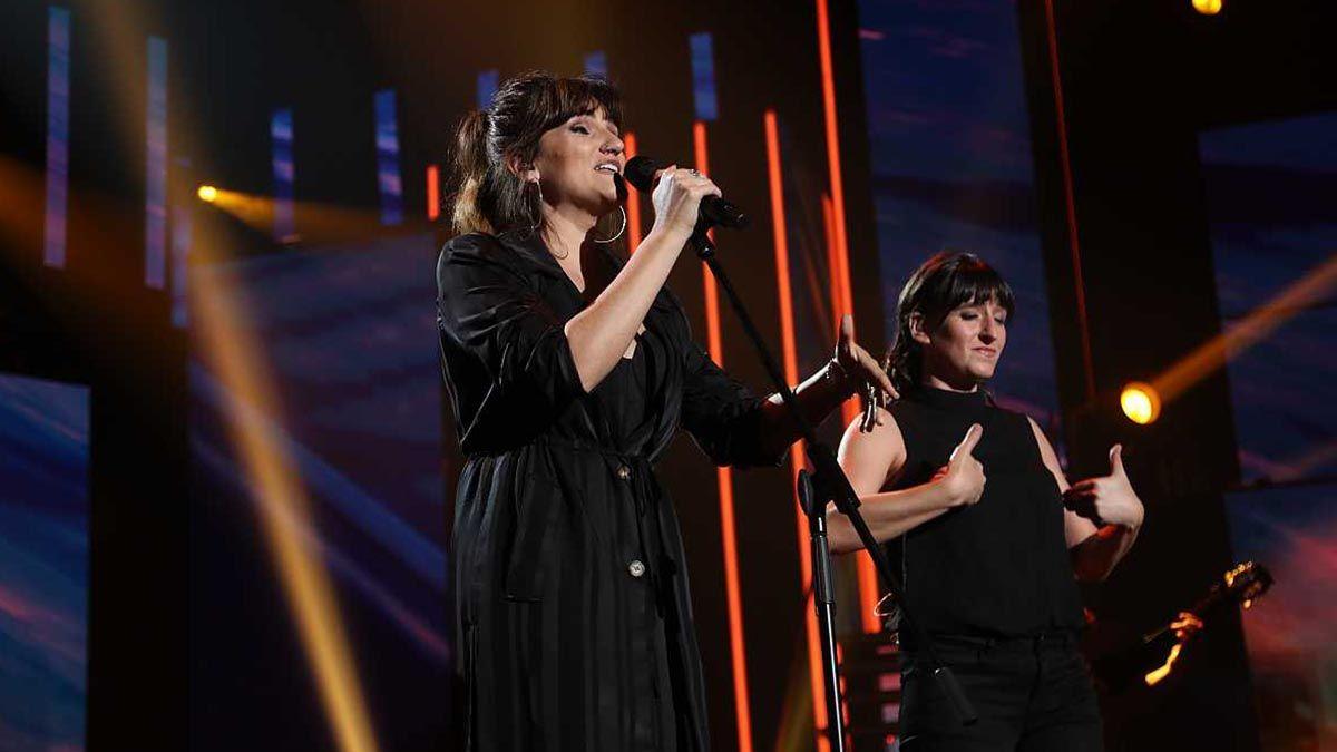 Rozalén en un concierto acompañada de su intérprete en lengua de signos