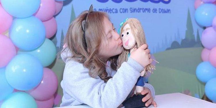 Victoria junto a Vichi, muñeca con síndrome de Down