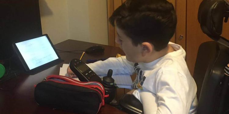 Antonio realizando sus deberes en casa