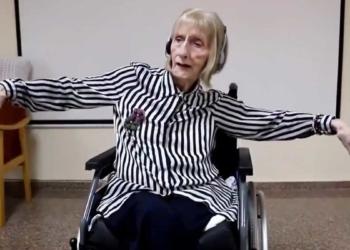 Marta, anciana con la enfermedad de Alzheimer, bailando mientras escucha el Lago de los Cines