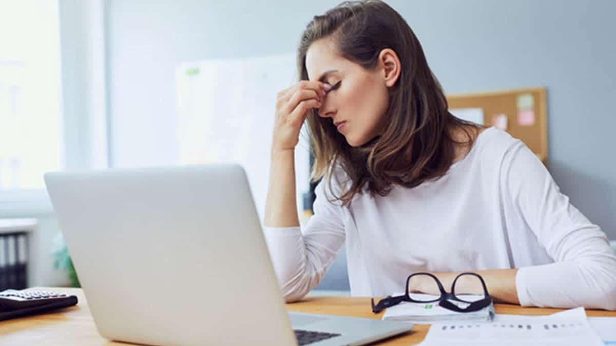 Una mujer víctima del estrés por el trabajo