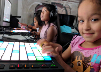 Una niña participando en el programa 21distritos