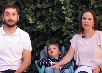 Nico junto a sus padres