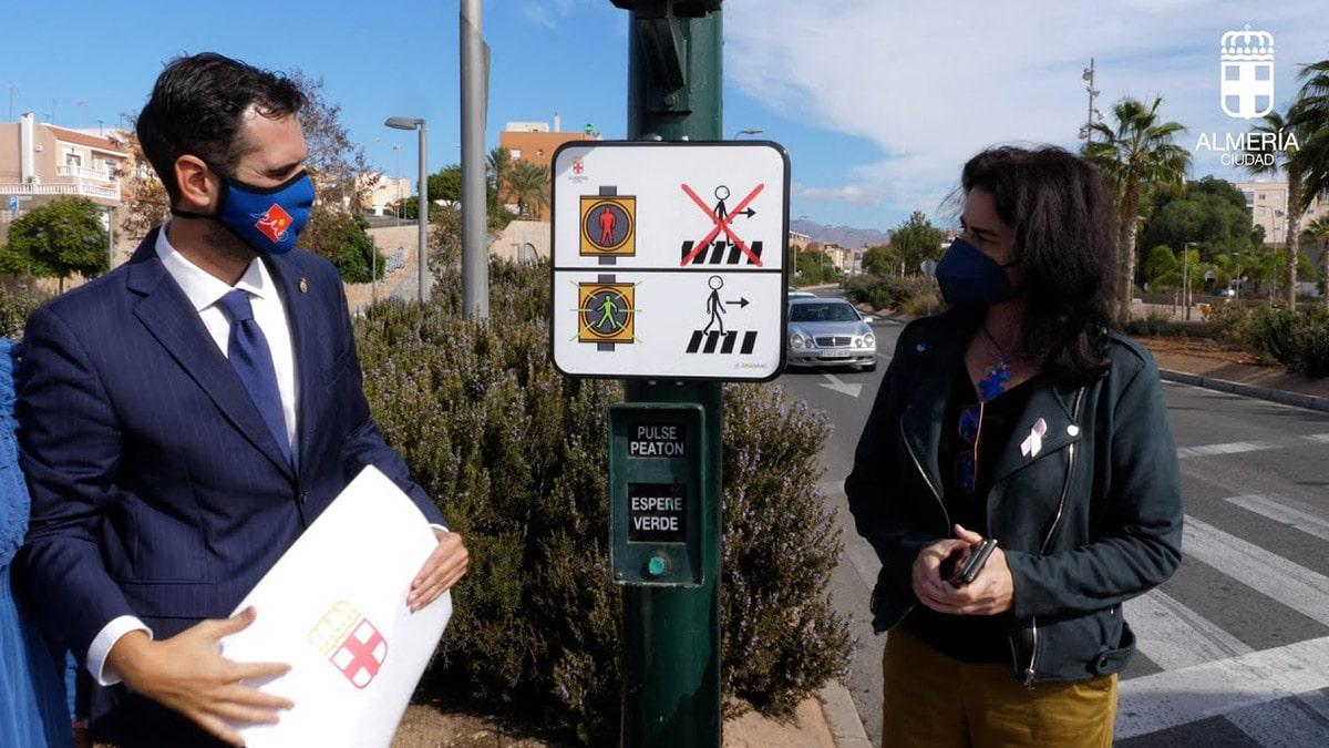 Pictogramas en los semáforos de Almería   Foto: Ayuntamiento Almería