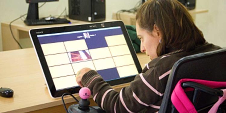 Persona con parálisis cerebral utilizando un ordenador