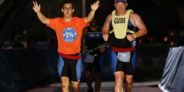 Chris Nikic, deportista con síndrome de Down, completando el Ironman de Florida