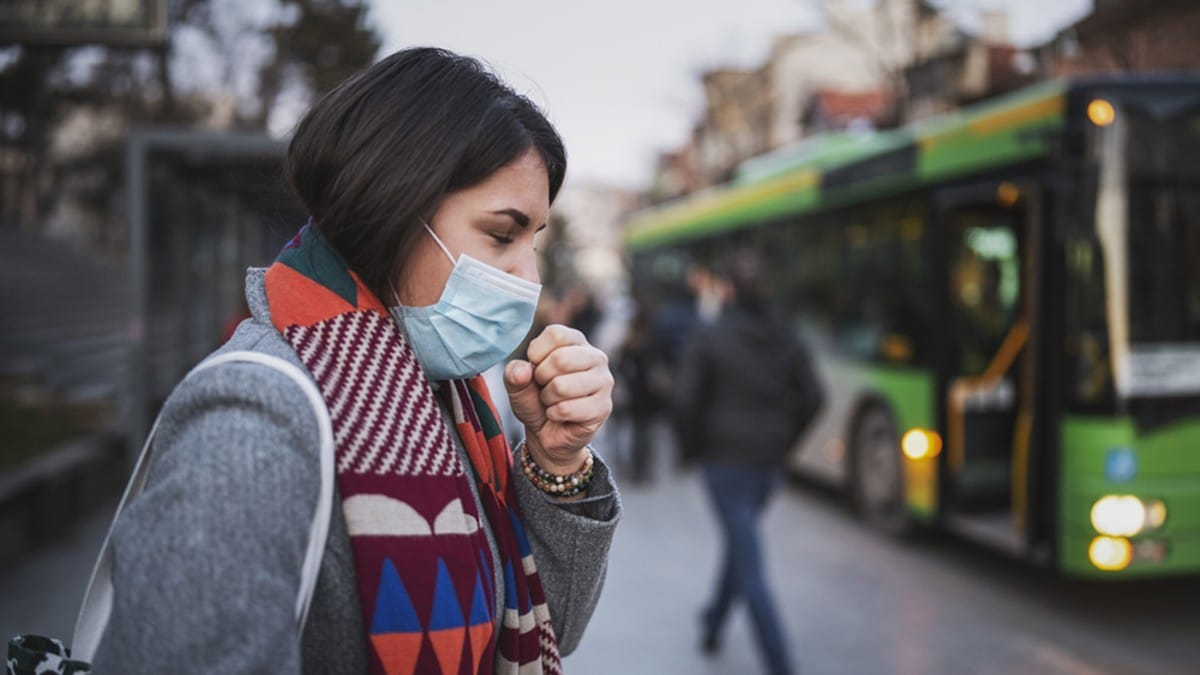 Una mujer con tos