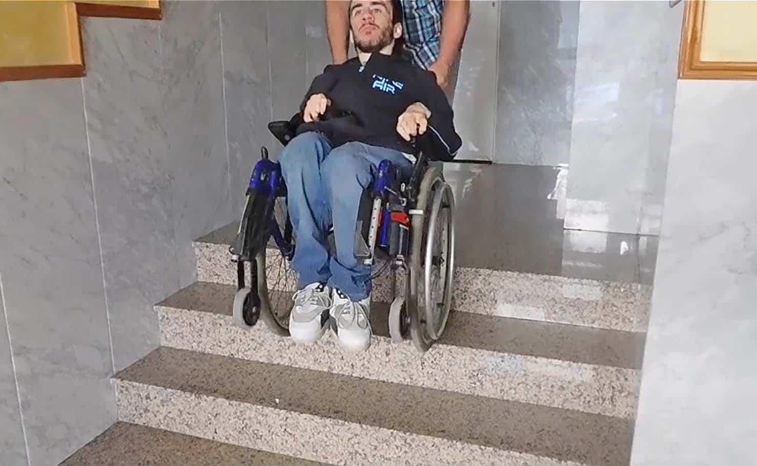 Adrián, el joven que tienes problemas de accesibilidad en su vivienda