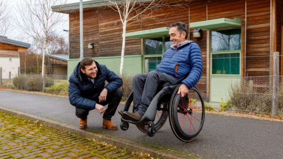 Andrew Slorance con la silla de ruedas Phoenix i