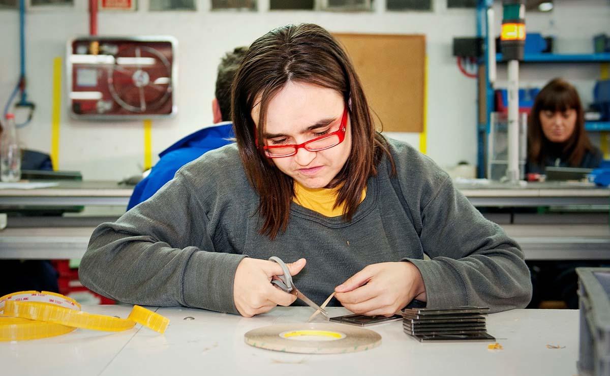 Trabajadora en un Centro Especial de Empleo | Foto: ATADES