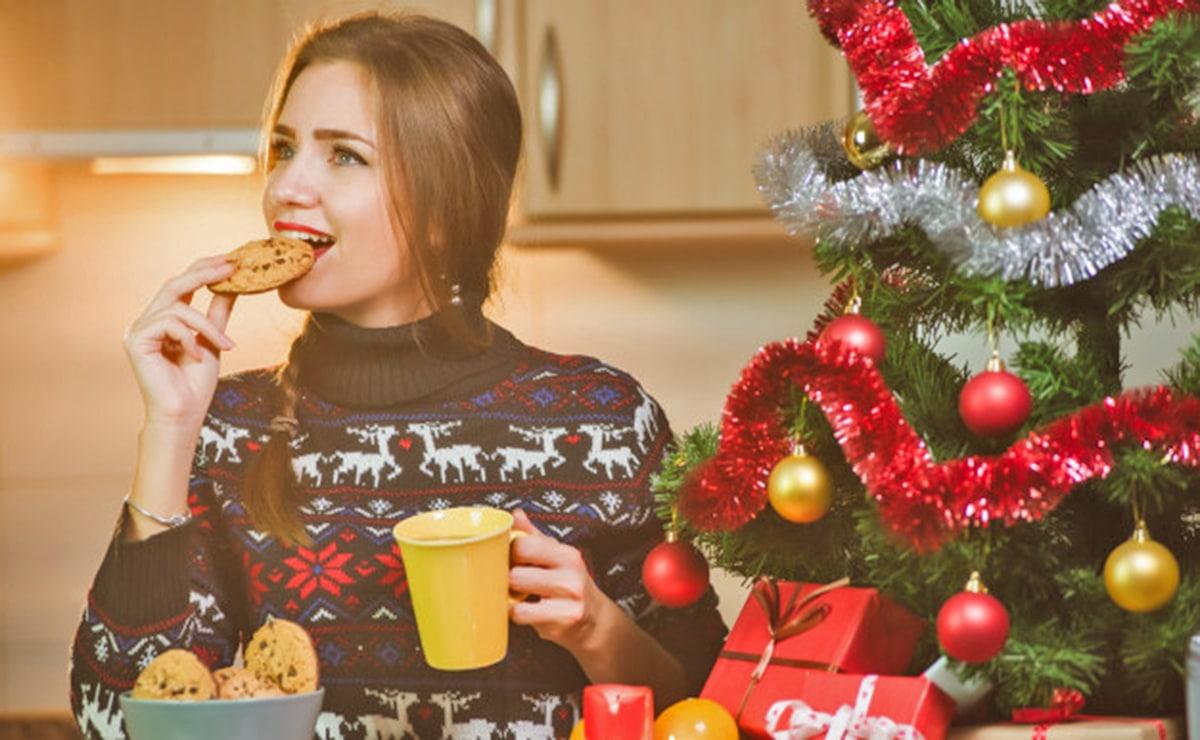 Mujer desayunando en Navidad
