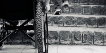 Silla de ruedas ante la falta de accesibilidad