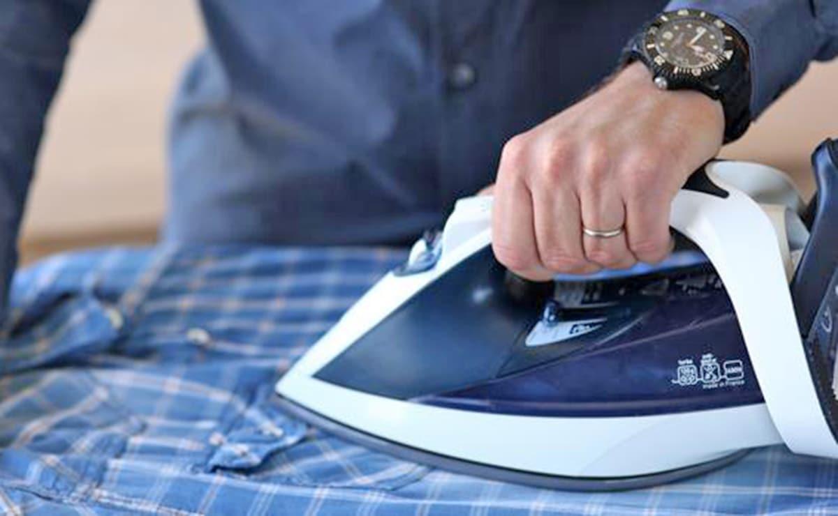 Hombre desempeñando labores del hogar