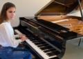 Laura Diepstraten junto a su piano