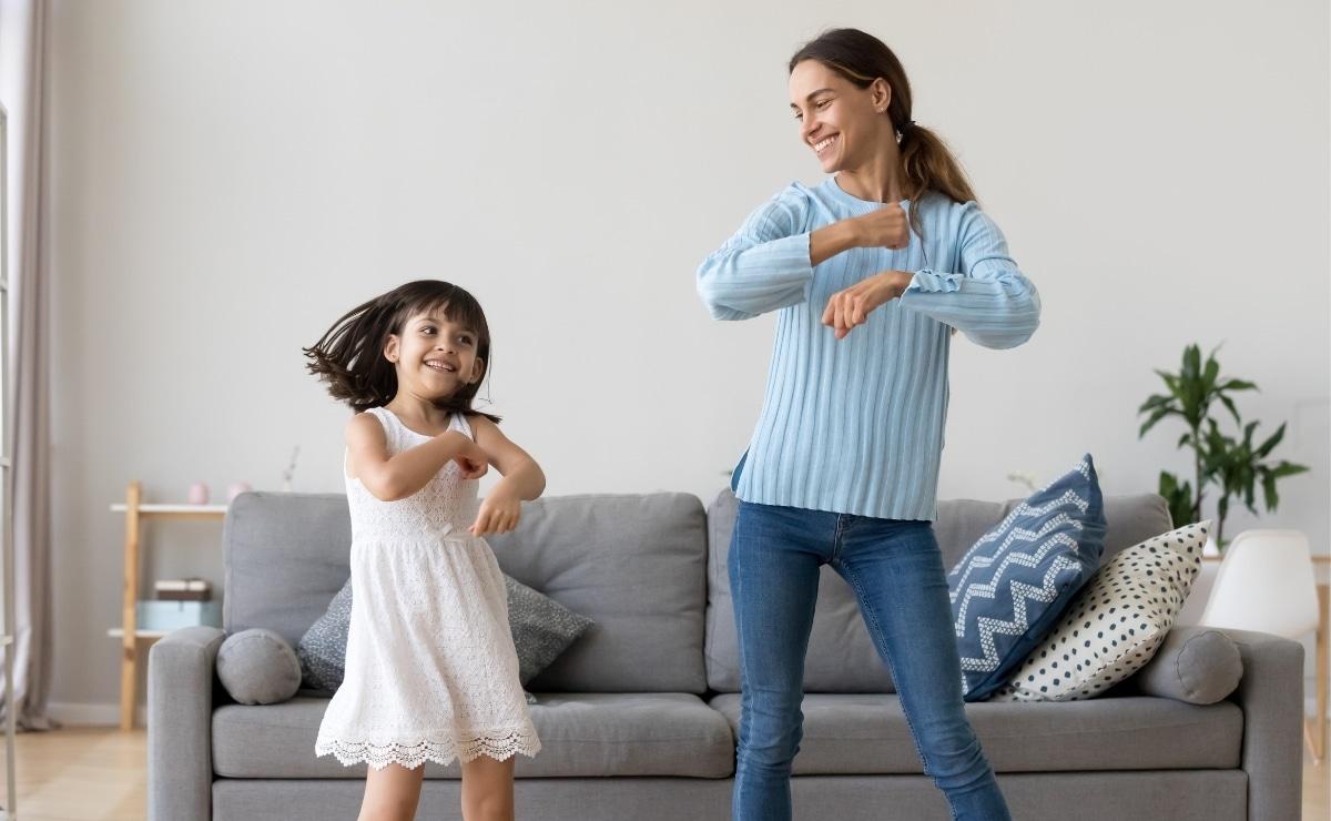 Niña y madre bailando