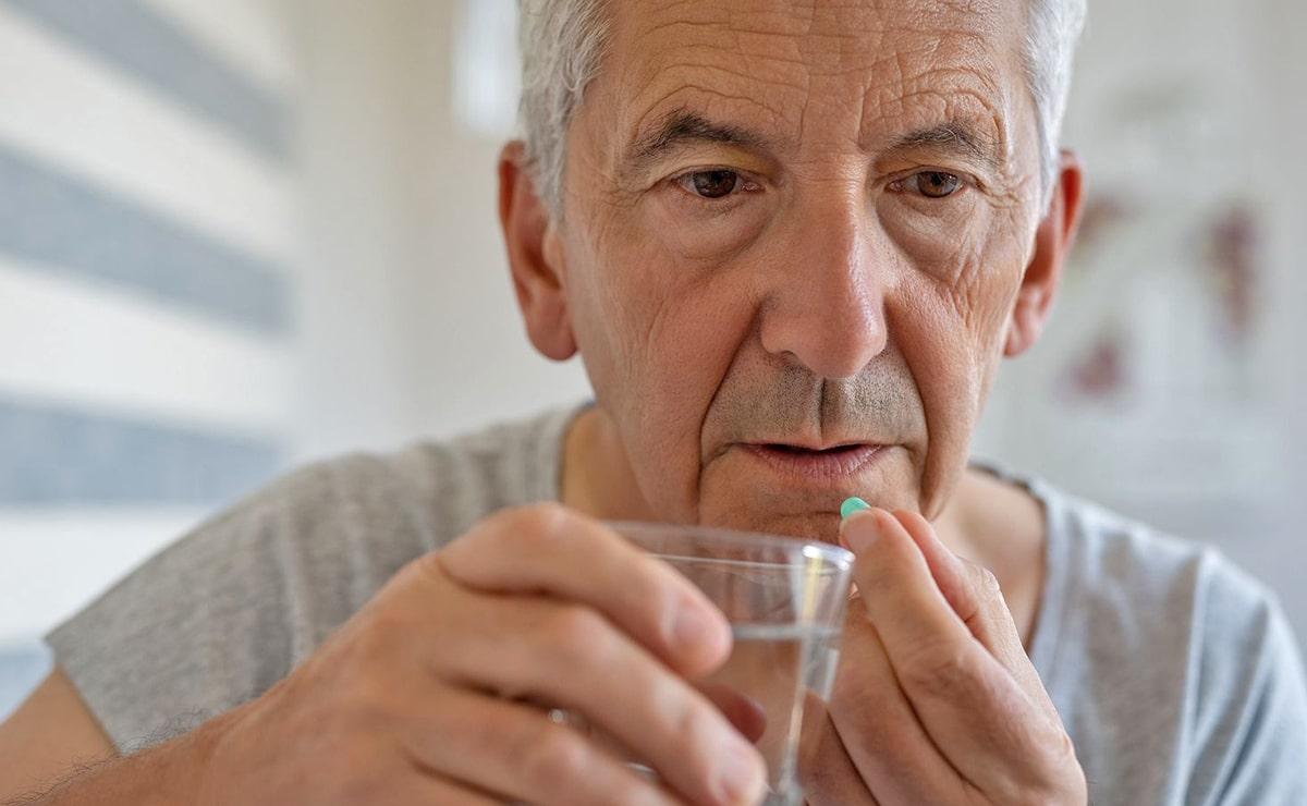 Persona tomando suplemento vitamina C