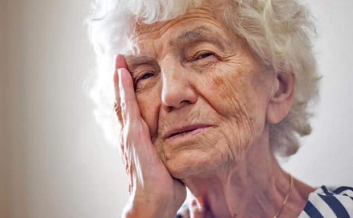 Persona con Alzheimer vitamina C