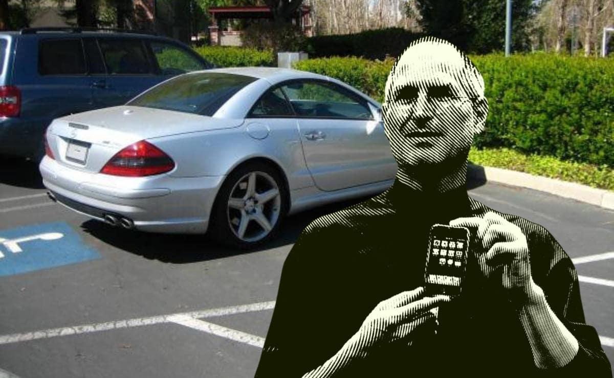 Steve Jobs coche en plaza aparcamiento discapacidad