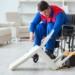 Trabajador con discapacidad y silla de ruedas