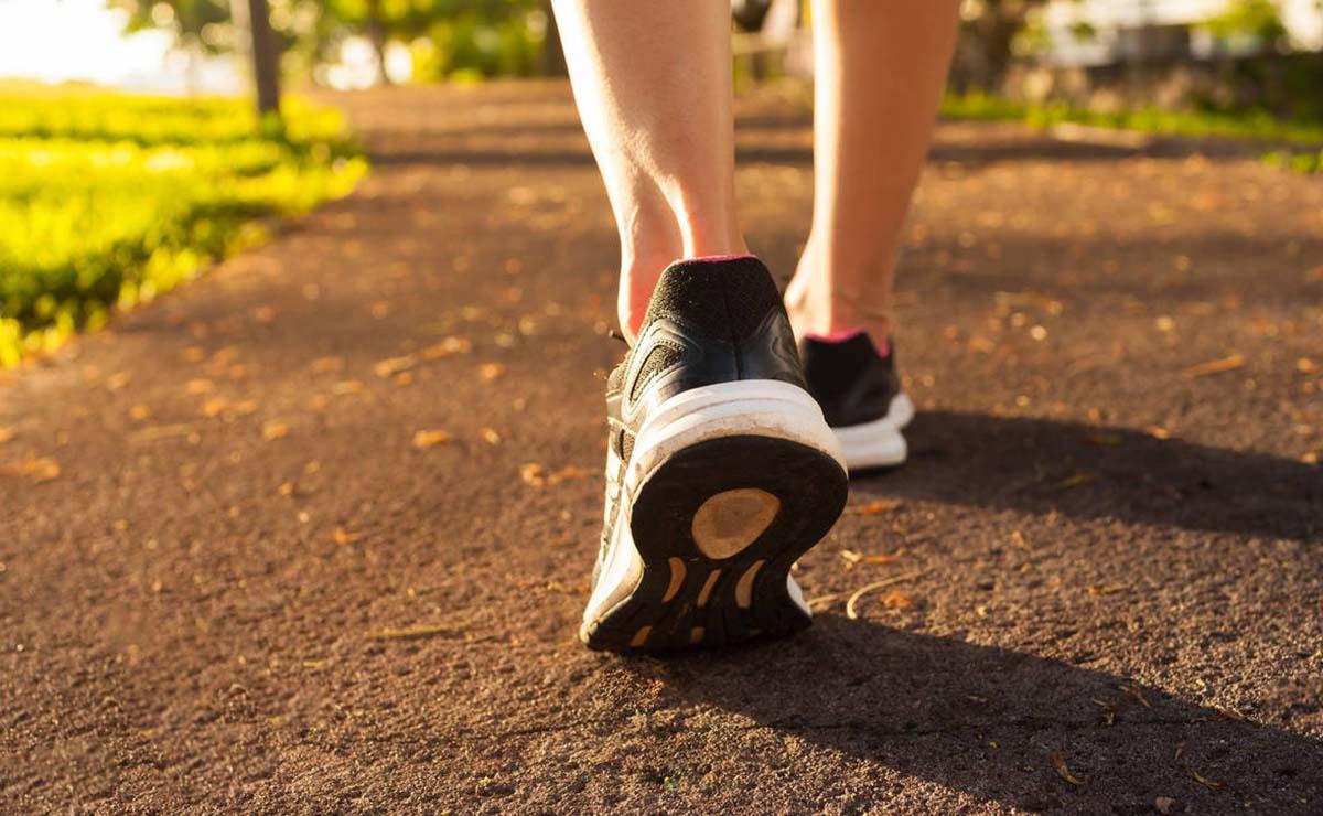 Una persona andando para adelgazar