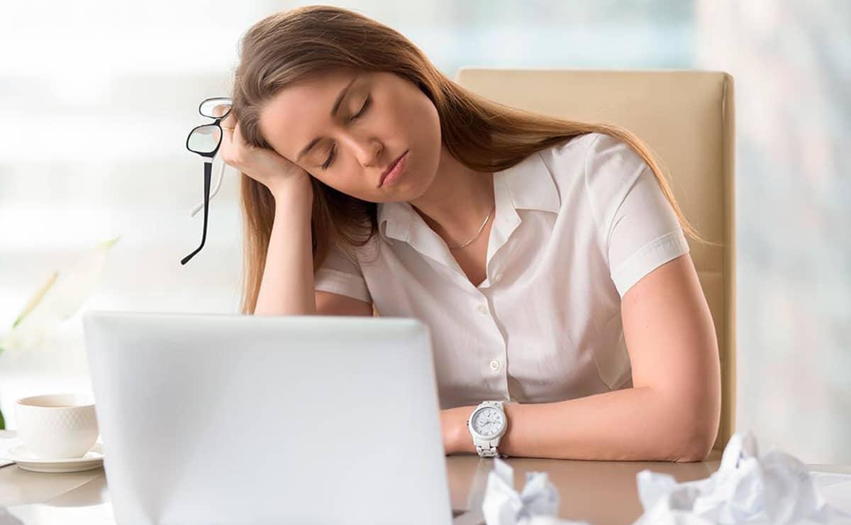 Una mujer cansada mientras trabaja