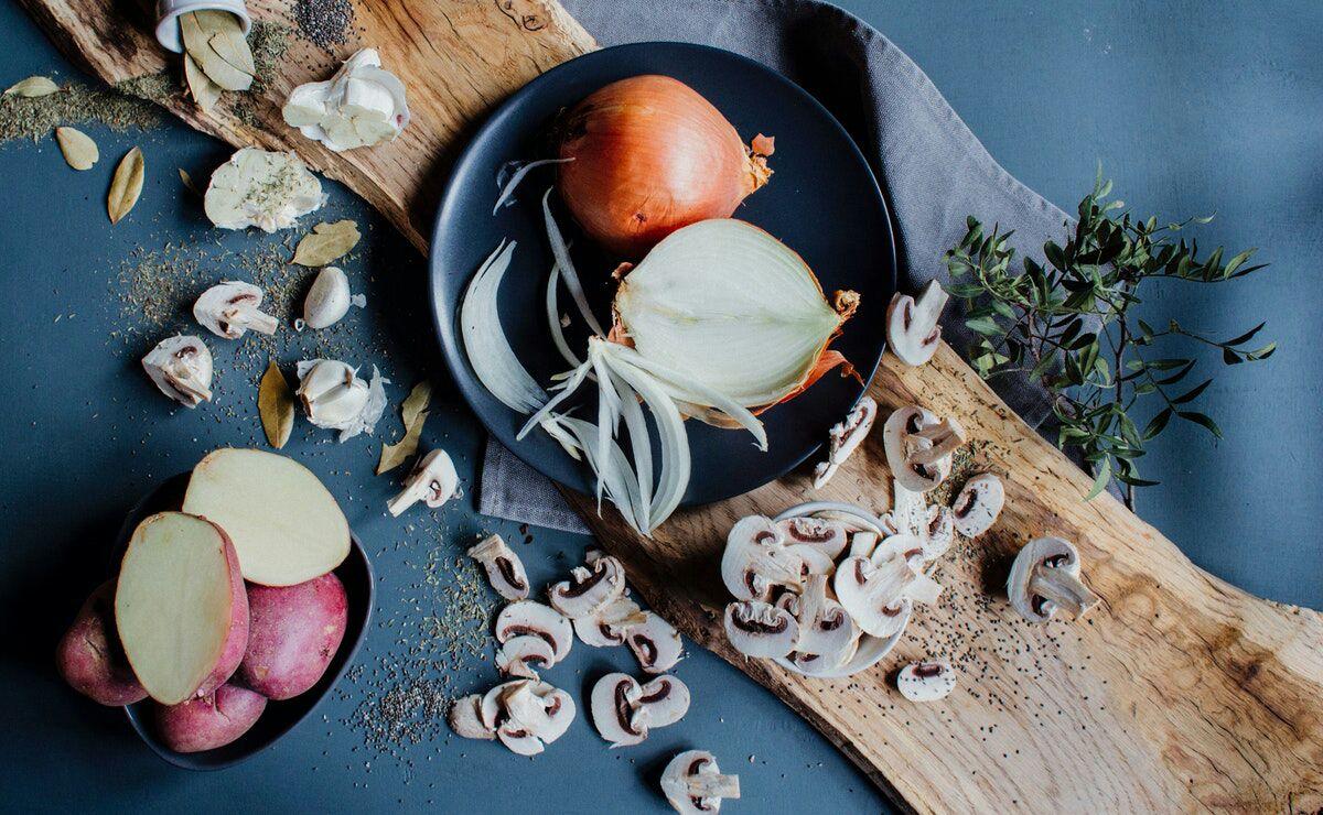 las cebollas y champiñones son importantes en la dieta diaria