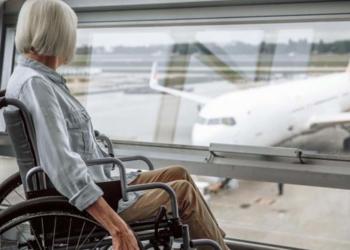 Una persona en silla de rueda a punto de coger un vuelo