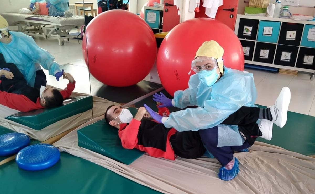 Persona con discapacidad realizado fisioterapia gracias al programa de la Fundación Banco Santander