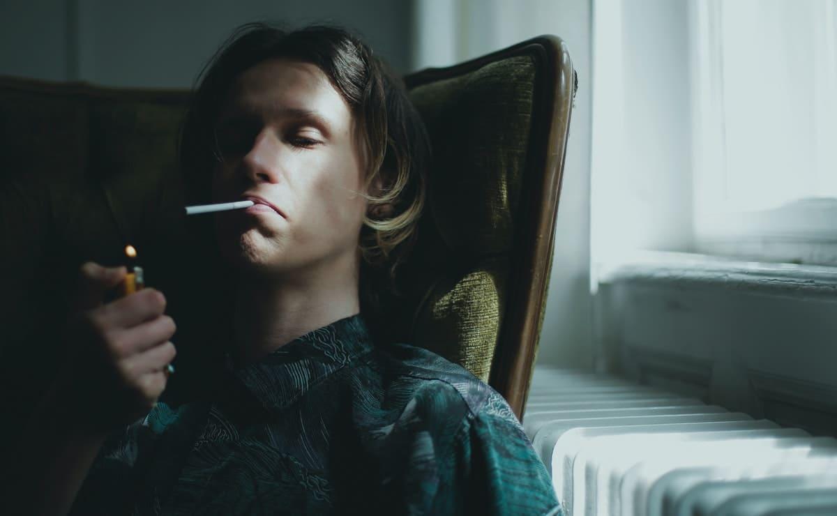Un joven fumando desconoce como su vicio daña el sistema circulatorio