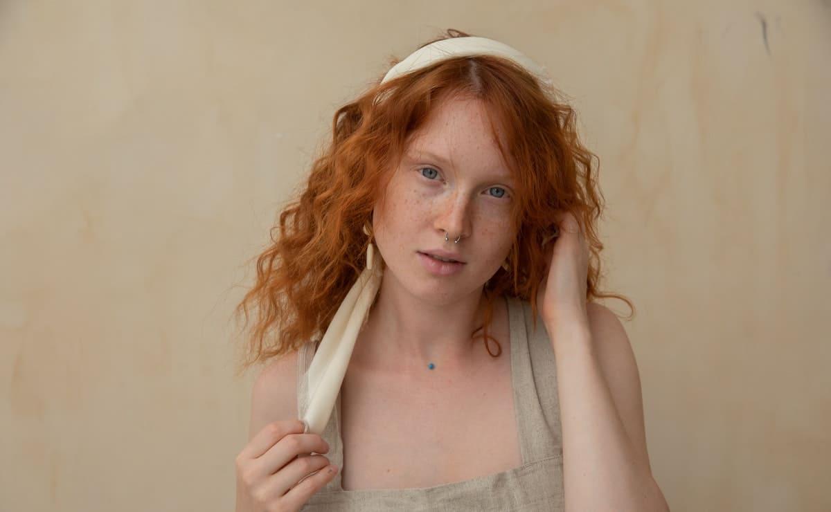 mujer pelirroja de piel bonita que usa jengibre