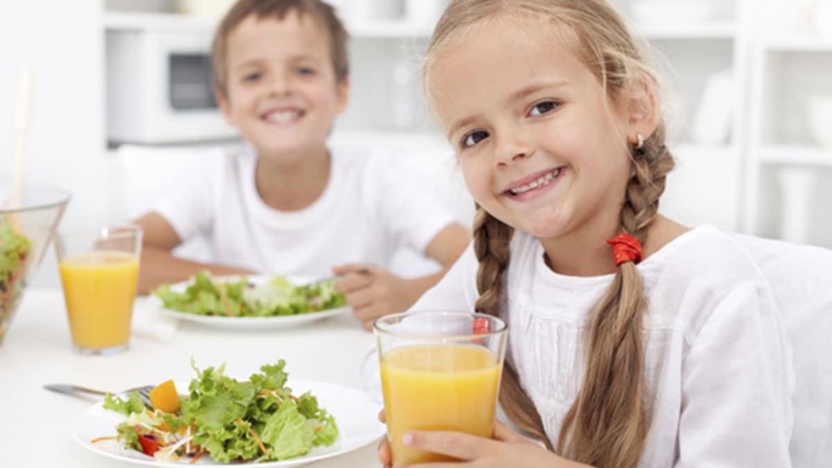 Niños comiendo de manera saludable