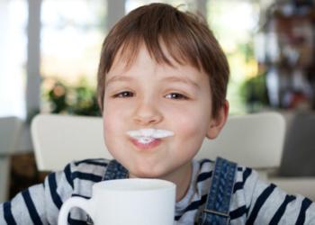 Niño bebiendo leche vitamina D