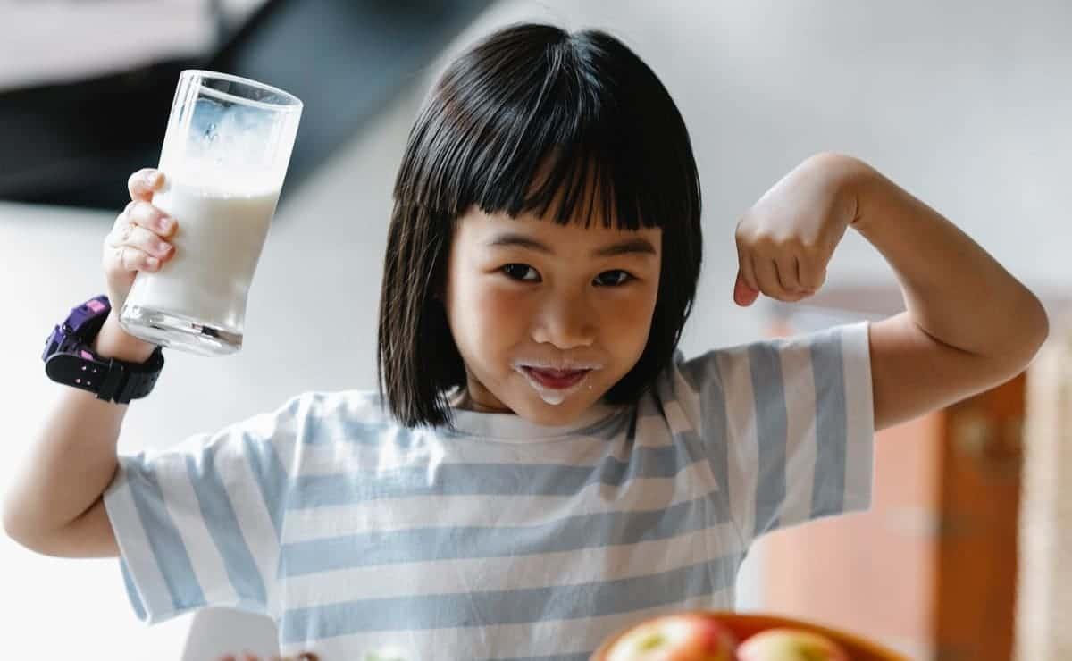 Una niña tomando leche nutre su dieta de oligoelementos