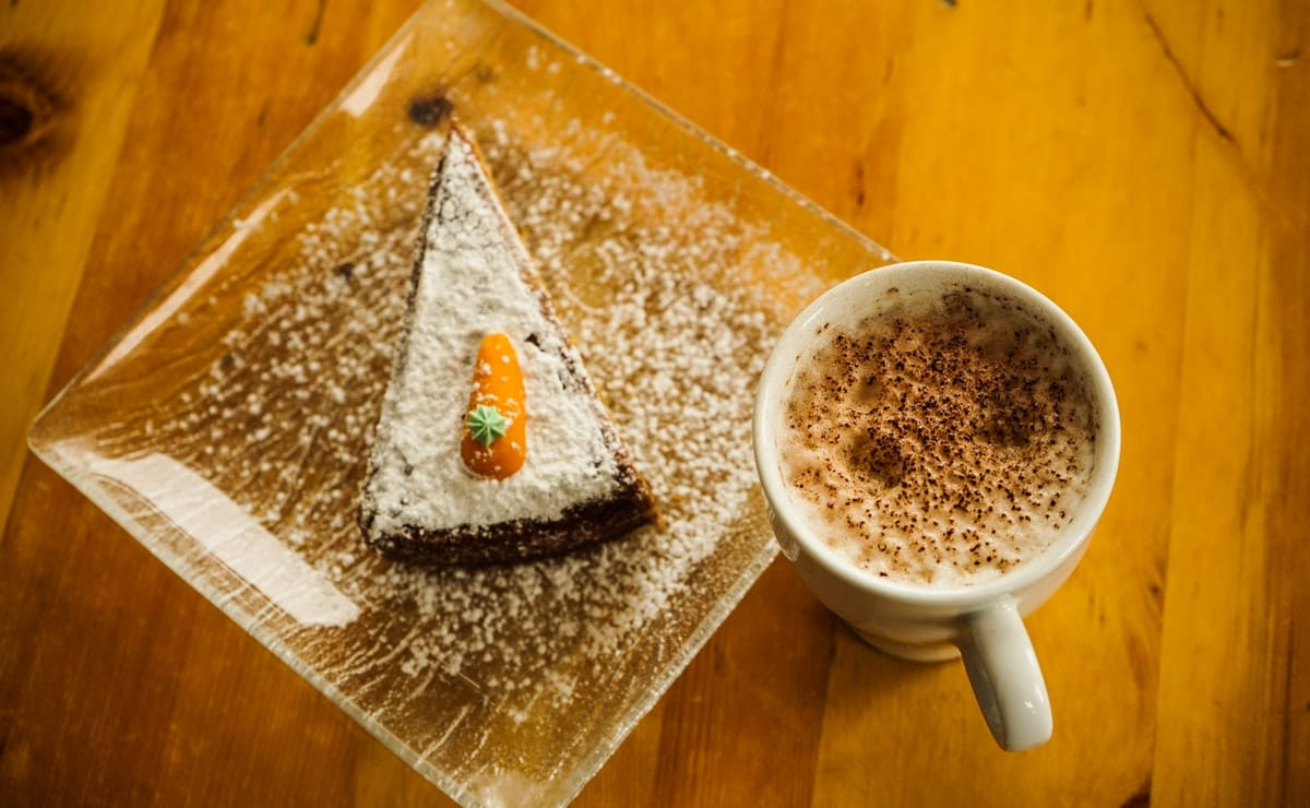 trozo de tarta de zanahoria con café