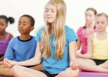 Niños haciendo yoga