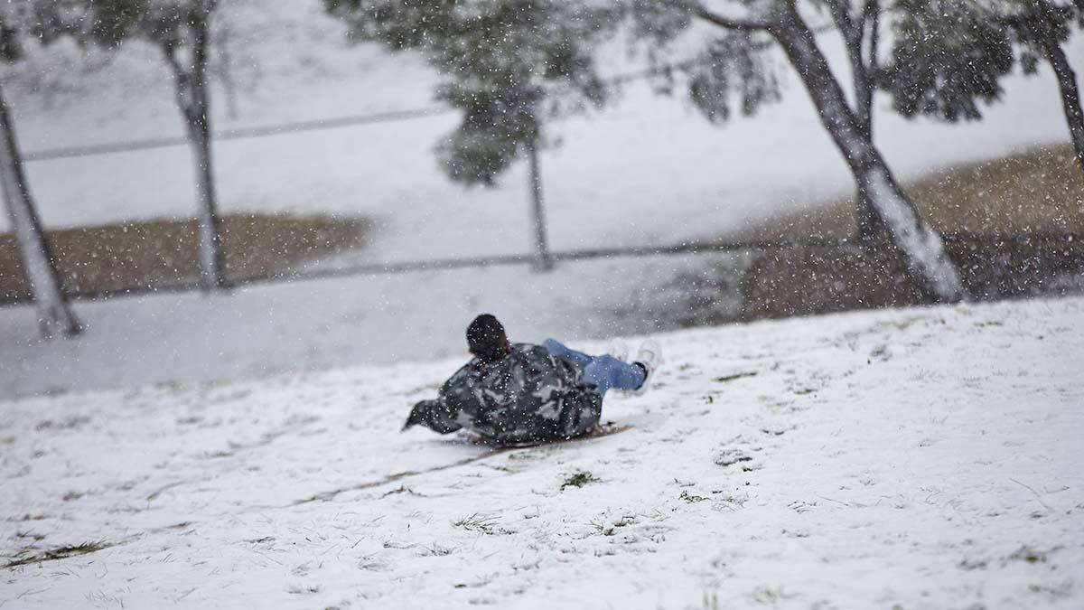 Joven jugando en la nieve