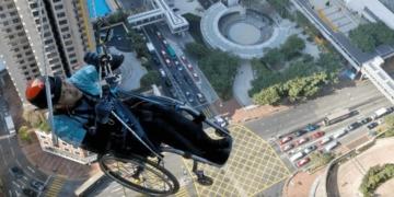 Lai Chi-wai escala un edificio en Hong Kong en silla de ruedas