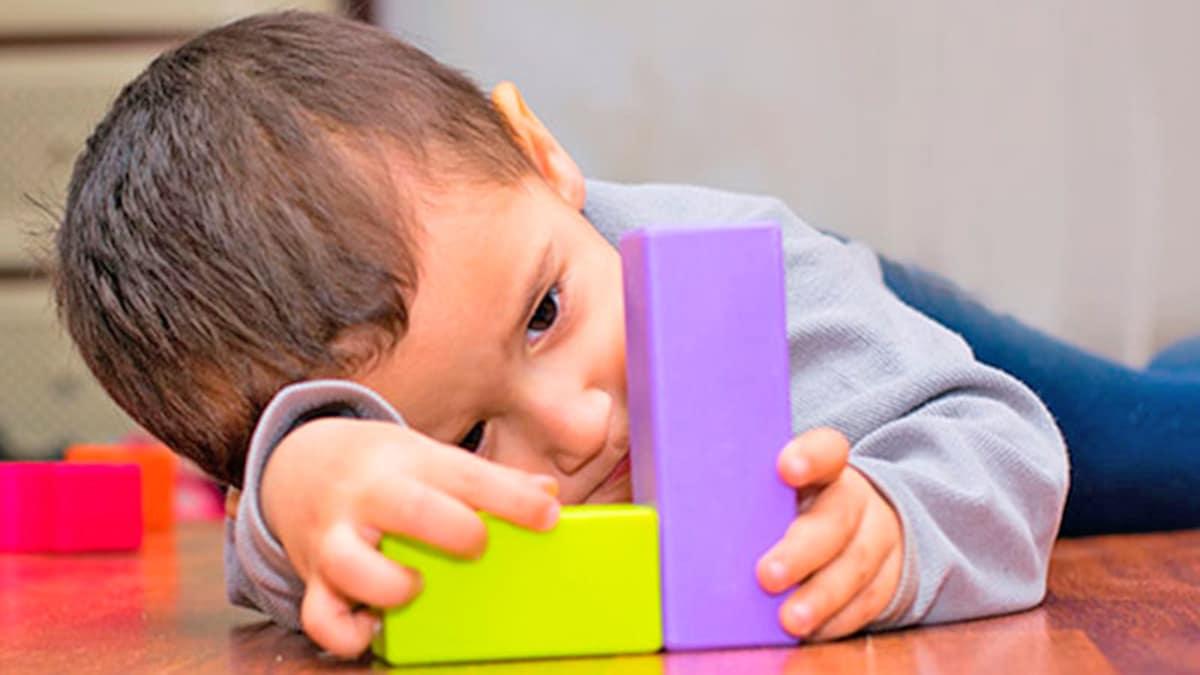 Niño pequeño con autismo
